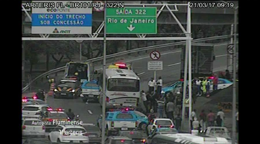 Criminosos assaltam ônibus em rodovia do RJ e fazem reféns