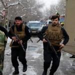 Atiradores disfarçados de médicos atacam hospital no Afeganistão