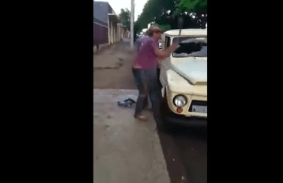 Revoltado, homem destrói o próprio carro apreendido em blitz; veja