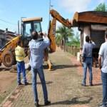 Prefeitura derruba quiosques abandonados no Centro Histórico de Porto Velho