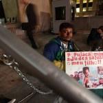 Pai se acorrenta e faz greve de fome por transplante do filho em SP