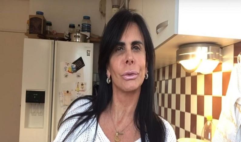 Gretchen se irrita com foto ao lado de Bolsonaro e ameaça processo
