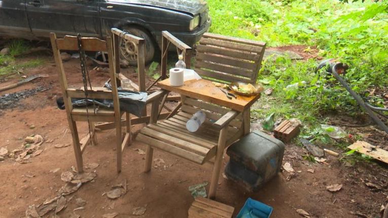 Cadeira que estava na festa de jovens ainda guarda prato com mandioca cozida (Foto: José Manoel/Rede Amazônica)
