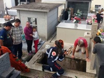 Homem com filho no colo cai dentro de túmulo em Lages (SC)