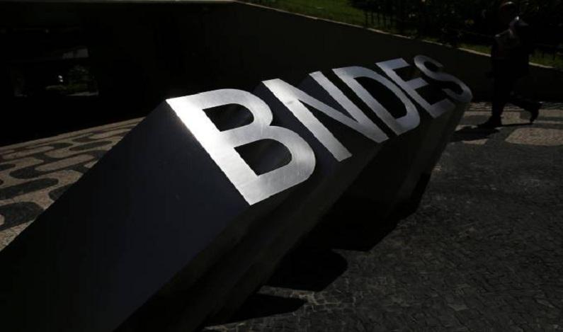 Funcionários do BNDES fazem novo protesto contra operação da PF