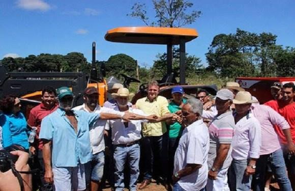 Deputado Luizinho repassa trator para Associação de Pequenos Produtores