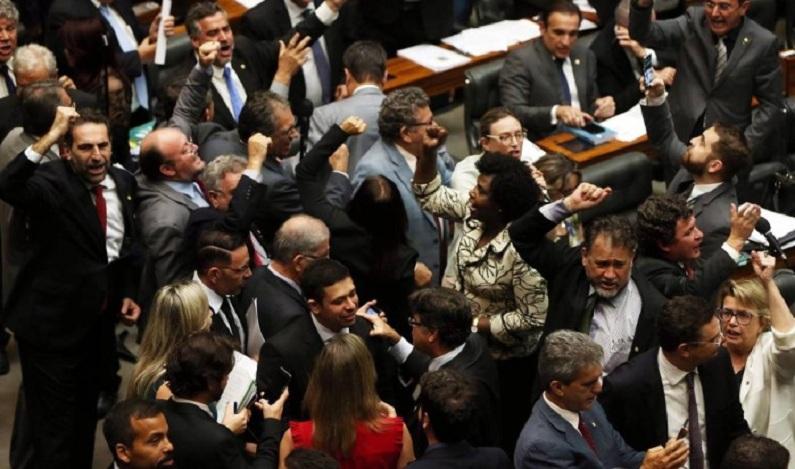Parlamentares da oposição e da base pedem renúncia de Temer e eleições diretas