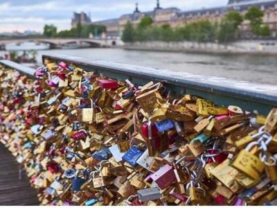 Paris vai leiloar seus cadeados do amor para ajudar refugiados - http://painelpolitico.com/paris-vai-leiloar-seus-cadeados-amor-para-ajudar-refugiados/