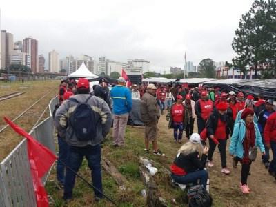 Acampamento pró-Lula é alvo de ataque com rojões, dizem militantes