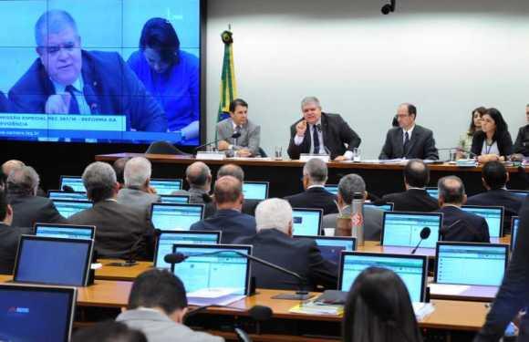 Comissão conclui análise da reforma da Previdência. Texto vai a Plenário; veja principais mudanças