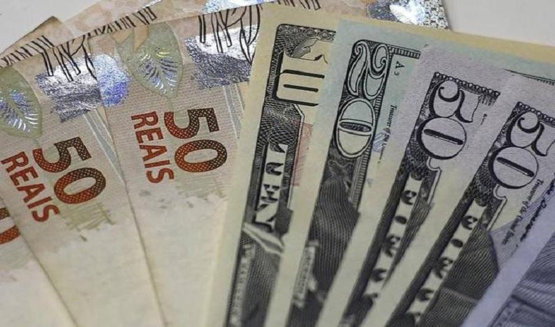 Bolsa sobe e dólar opera em queda após pânico com Temer