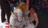 Lutador de MMA é derrotado no ringue e ainda apanha da mãe; veja vídeo