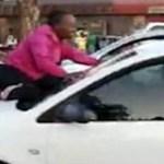 Esposa sobe em capô de carro para impedir que marido saísse com amante e vídeo viraliza; veja