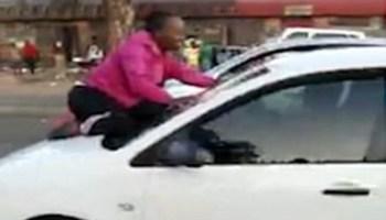 Esposa sobe em capô de carro para impedir que marido saísse com amante e vídeo  viraliza 2890476bb4ad6