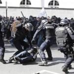 Policiais e encapuzados se enfrentam no Dia do Trabalho, em Paris