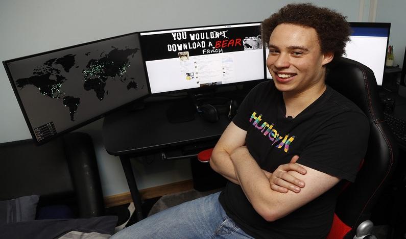 Quem é o surfista de 22 anos que freou, do computador de seu quarto, o ciberataque mundial?