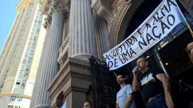 Funcionários do Theatro Municipal fazem manifestação no Centro do Rio (Foto: Carlos Brito/ G1)