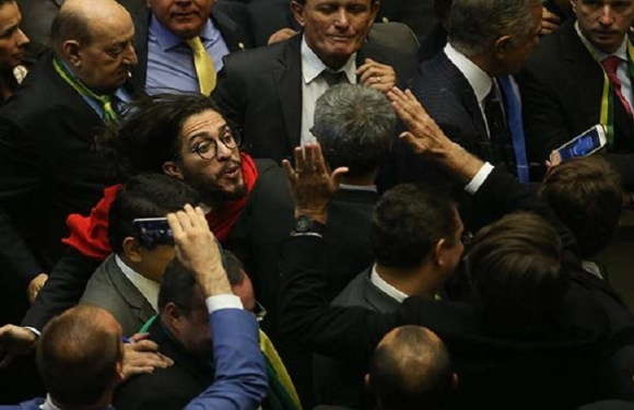 Conselho de Ética arquiva processo contra Eduardo Bolsonaro por cuspida em Jean Wyllys