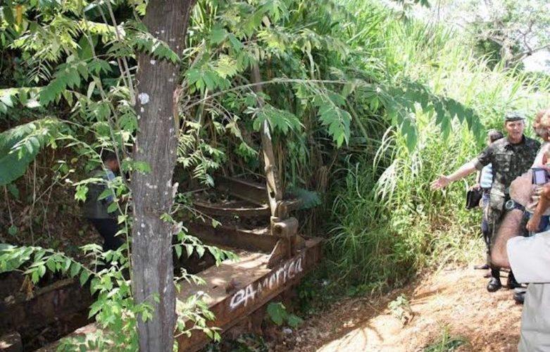 Dois anos se passaram desde a sentença e escavadeira Bucyrus continua enterrada em um barranco