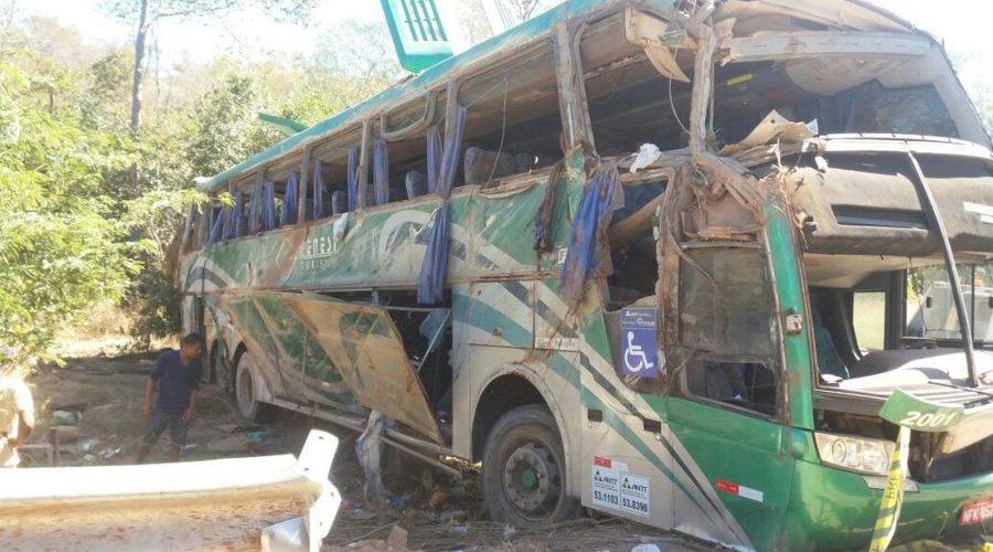 Acidente com ônibus deixa 10 mortos e 18 feridos na BR-135