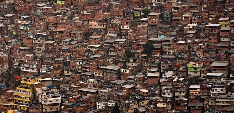 """Mãe denuncia escola que pediu a filho para ir fantasiado de """"favelado"""""""