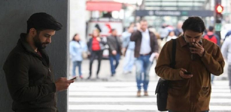 Havaí quer proibir pessoas de usar o celular enquanto atravessam a rua