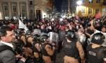 Protesto durante casamento da filha do ministro da Saúde tem confronto entre PM e manifestantes; vídeo