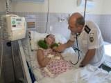 Mesmo aposentado, médico continua visitando paciente em coma há 17 anos; família não foi localizada