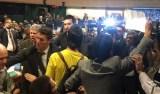 Manifestantes invadem a CCJ da Câmara aos gritos de 'Fora Temer'