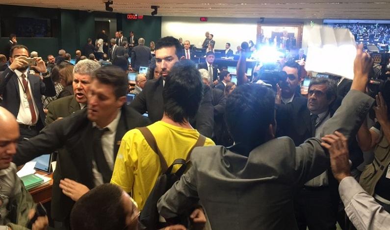 Manifestantes invadem a CCJ da Câmara aos gritos de 'Fora Temer'; vídeo