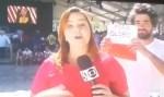 """Homem mostra cartaz de """"Fora, Globo"""" durante transmissão ao vivo"""