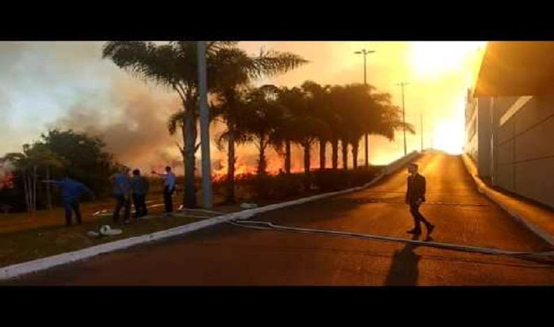 Incêndio atinge área verde próxima ao ParkShopping Brasília