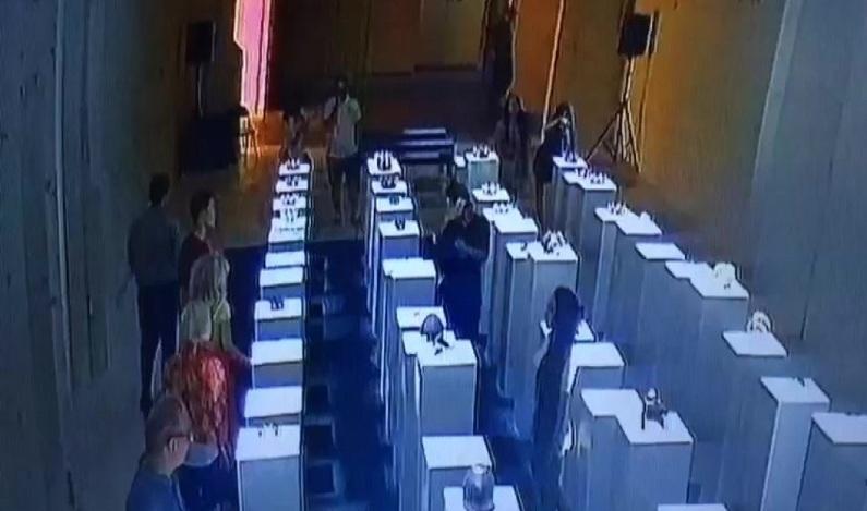 Mulher tenta tirar selfie em galeria de arte, cai e causa 'efeito dominó'; prejuízo é de US$ 200 mil, diz artista