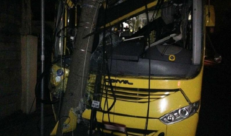 Mulher furta ônibus para ir a encontro, bate em poste e é presa em SP; vídeo
