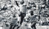 Globo indenizará fotógrafo por usar foto de Pelé comemorando gol com soco no ar