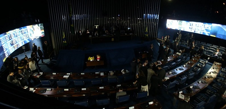 AO VIVO: Sem luz, senadoras mantêm ocupação da Mesa do Senado para impedir votação: SIGA