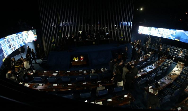 Após oposição ocupar mesa, Eunício suspende sessão da reforma trabalhista