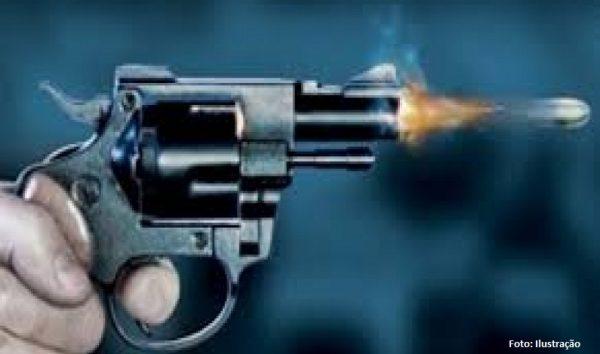 """PM reformado """"deixa"""" arma com vizinho e acaba preso"""