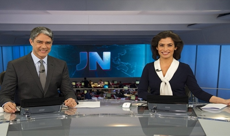"William Bonner comete gafe ao vivo no ""Jornal Nacional""; assista"