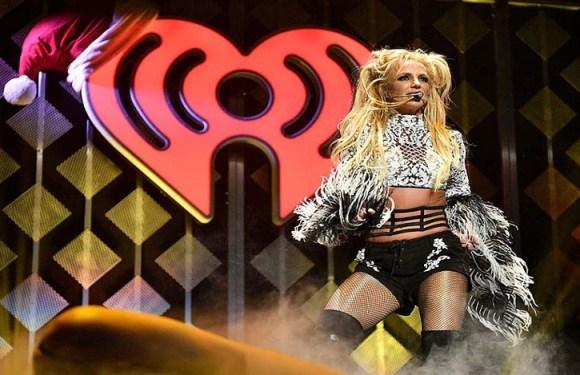 Em show de Britney Spears, fã invade palco, dança e agride seguranças; vídeo
