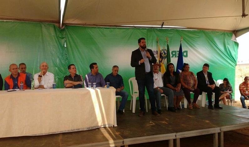 Jean Oliveira participa da solenidade de assinatura da ordem de serviço para asfaltamento da Estrada da Penal