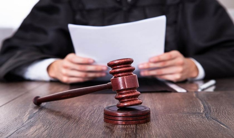 Mãe é condenada criminalmente por não prover á filha o direito de estudar