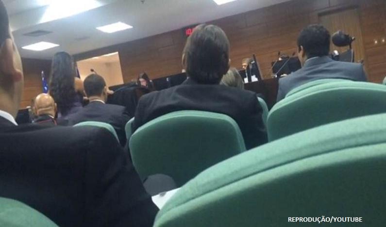 Desembargador ameaça deixar audiência por causa de roupa de advogada; veja vídeo