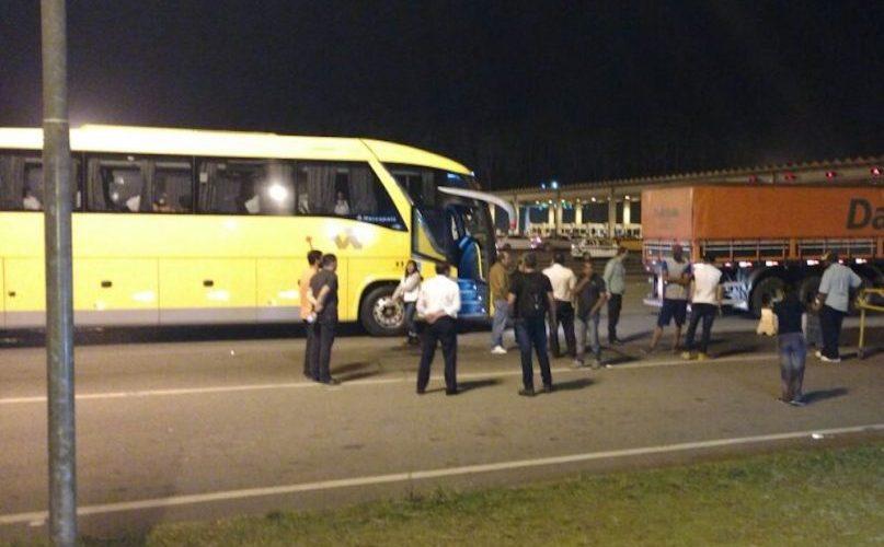 Três ônibus de turismo que iam a SP para compras são assaltados na BR-376; três feridos