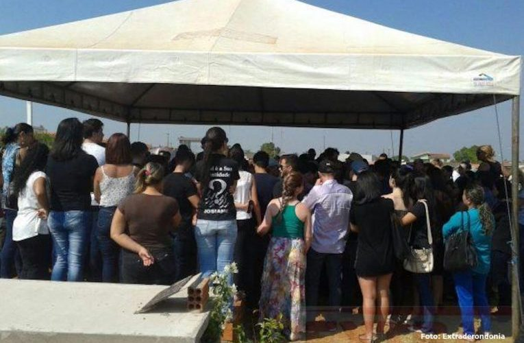 Sob forte comoção, filho de ex-prefeito assassinado em assalto é enterrado em Vilhena