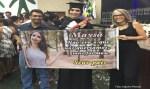 Pais viralizam ao levar faixa sincera a formatura: 'Não era o que queríamos'