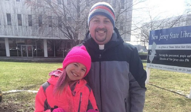 """Pastor evangélico acolhe filha trans de 10 anos: """"Ela está sendo quem Deus criou para ser"""""""