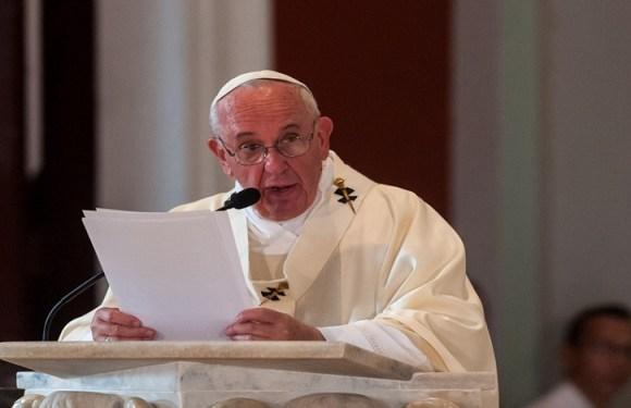 Papa Francisco envia carta a casal gay por batismo dos filhos