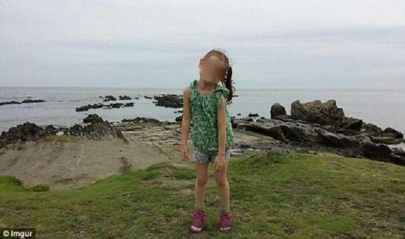 Casal tira foto de filha e detalhe atrás da criança chama atenção