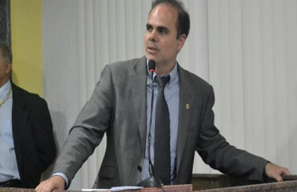 Alan Queiroz solicita operação tapa-buraco no bairro Triângulo